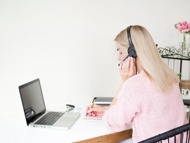 Femme, apprentissage, ligne, écouteurs, sur