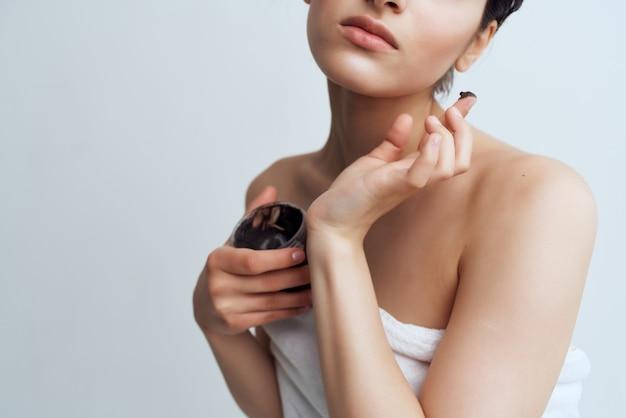 Femme après la crème de douche soins de la peau santé