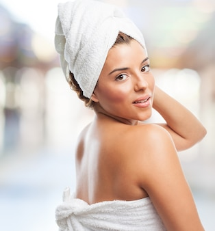 Femme après la douche avec une serviette