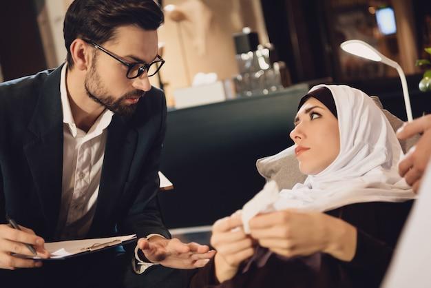 Femme arabe à l'accueil d'un psychologue familial