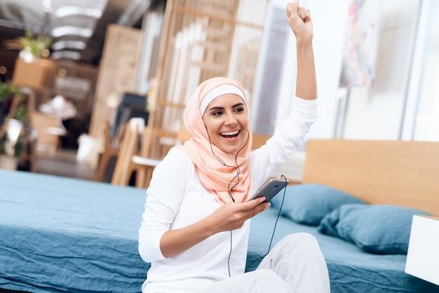 Une femme arabe en hijab se repose après la gymnastique.