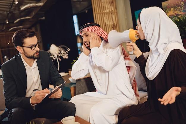 Femme arabe à la réception des cris du thérapeute