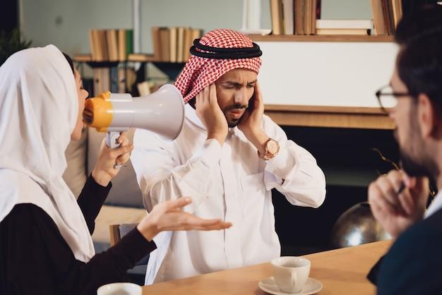 Femme arabe à la réception de cris de psychothérapeute