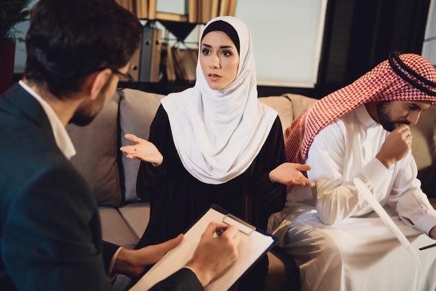 Femme arabe à la réception avec un psychologue.