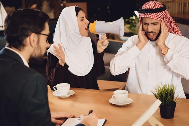 Femme arabe à la réception d'un psychothérapeute hurle