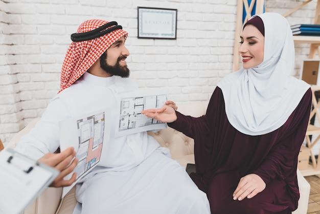 La femme arabe riche aime les échantillons de design d'intérieur.