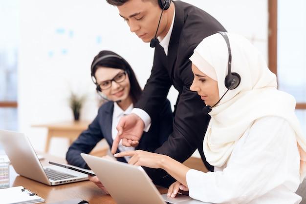 Une femme arabe travaille dans un centre d'appels.