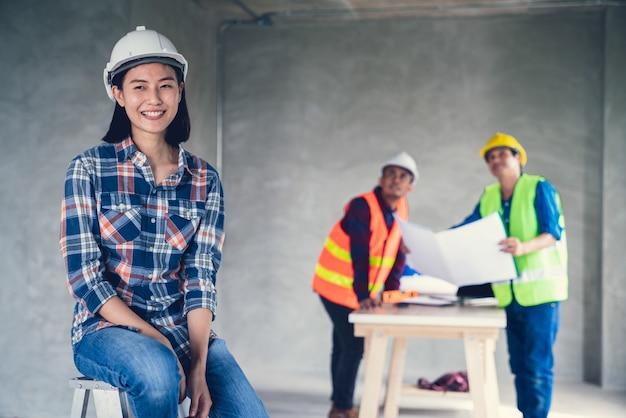 Femme d'architecte asiatique sur officier travaillant avec dessin en arrière-plan sur renovat