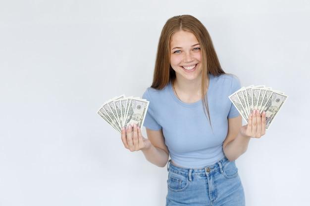 Femme avec de l'argent sourit sur fond blanc