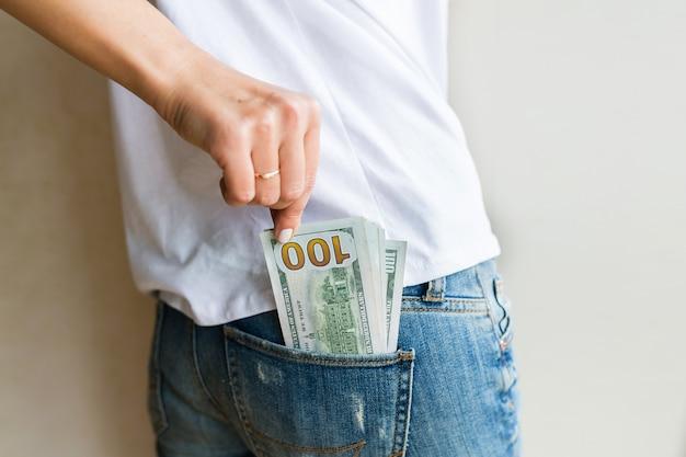 Femme a de l'argent
