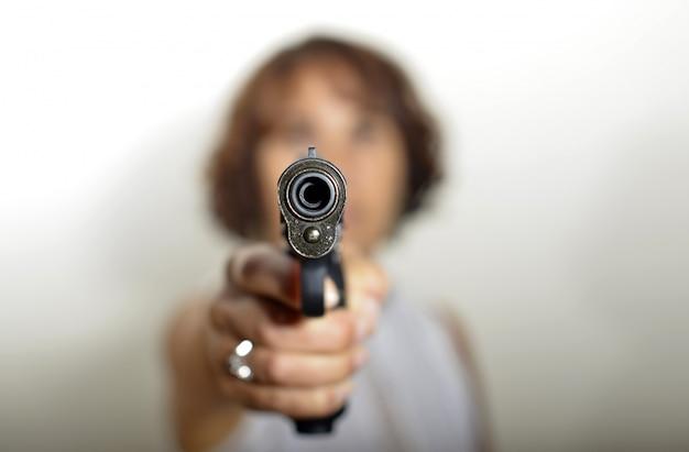 Une femme avec une arme à feu