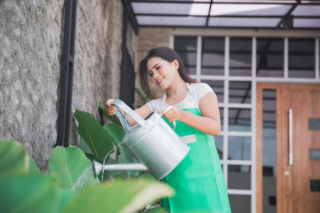 Femme arrosant son jardin
