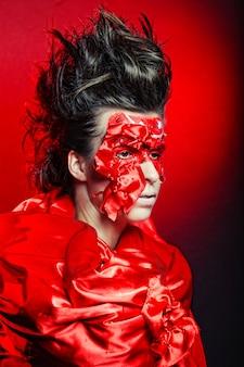 Femme avec art créatif visage rouge
