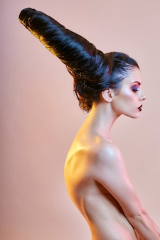 Femme d'art nu avec des cheveux en forme de cornes