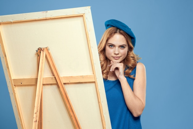 Femme artiste bleu prendre chevalet hobby peinture