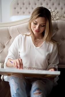 Femme artiste dessinant son tableau sur toile avec des couleurs à l'huile à la maison