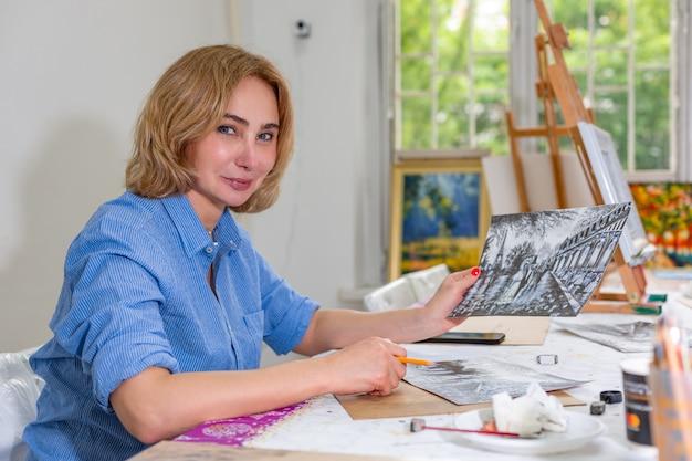 Femme artiste dessiner une image avec un crayon