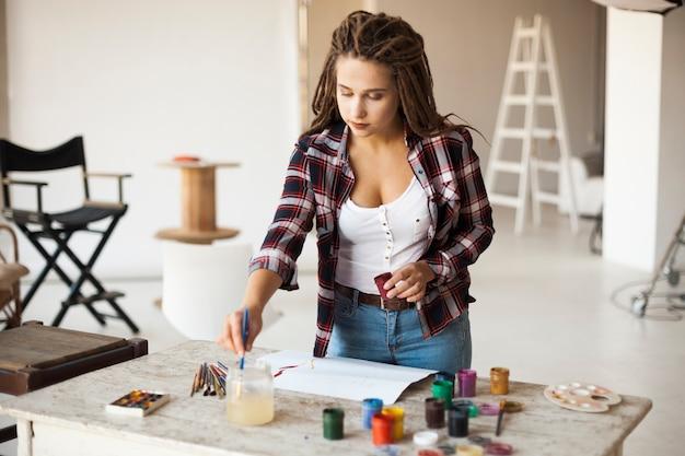 Femme artiste peignant à l'intérieur