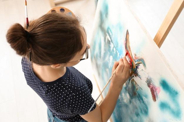Femme artiste peinture photo en atelier