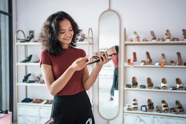 Femme asiatique, achats, chaussures, dans, les, boutique