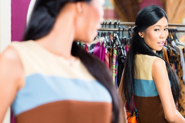 Femme asiatique, achats, dans, magasin mode
