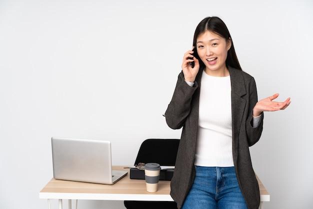 Femme asiatique d'affaires dans son lieu de travail