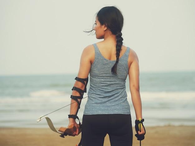 Femme asiatique avec arc arachery