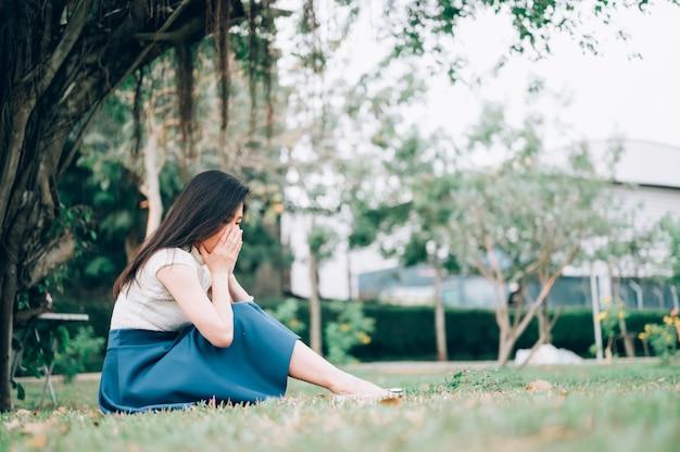 Femme asiatique assise seule et déprimée, portrait de jeune femme fatiguée. la dépression
