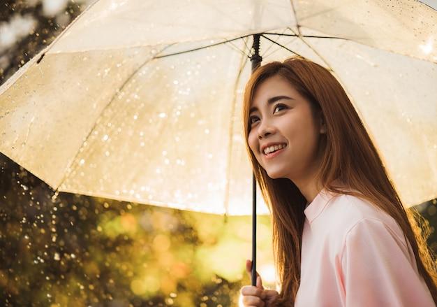 Femme asiatique attendait la pluie, elle avait un parapluie.