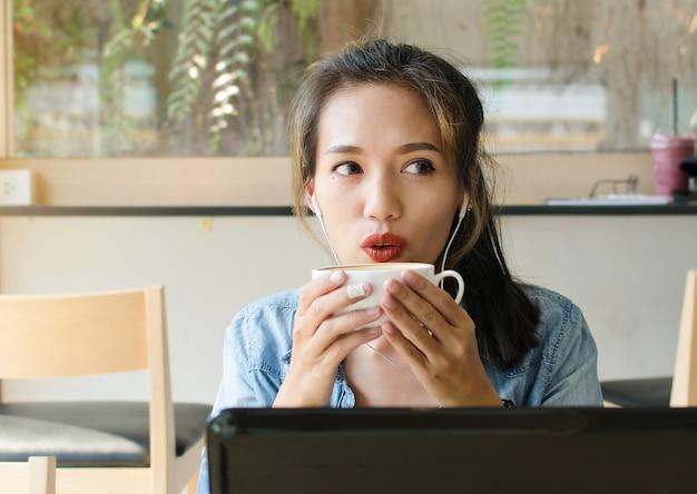 Femme asiatique au café. concept d'entreprise.