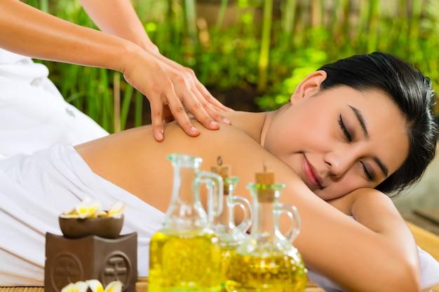 Femme asiatique, avoir, massage, dans, décor tropical