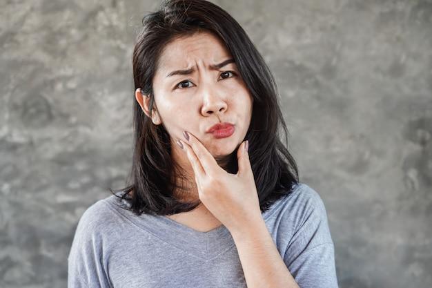 Femme asiatique, avoir problème, à, paralysie faciale