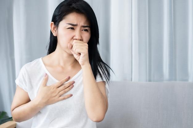 Femme asiatique ayant des nausées et envie de vomir