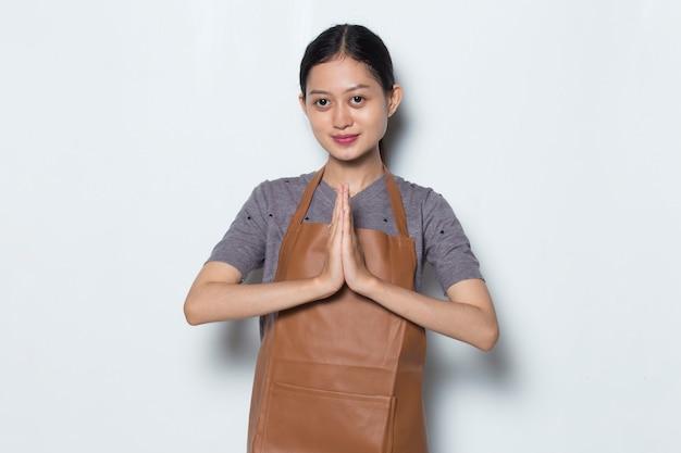 Femme asiatique barista porter un tablier concept de service de café de geste de bienvenue