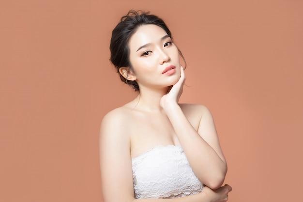 Femme asiatique avec une belle peau