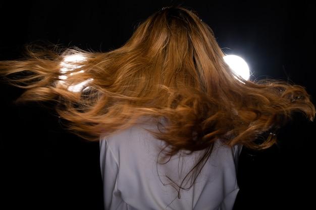 Femme asiatique, boucler, blond, cheveux, style, lancement, voler