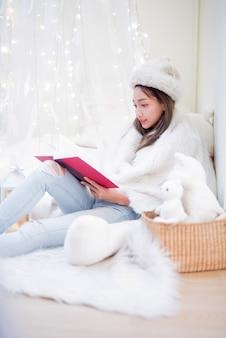 Femme asiatique caucasienne restez à la maison, restez en sécurité. distanciation sociale et distanciation physique. mode de vie de l'éducation en ligne et de l'apprentissage en ligne.