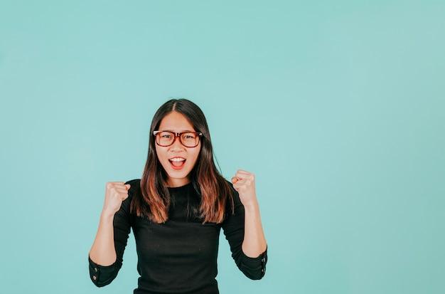 Femme asiatique célébrant le succès