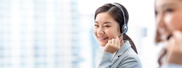 Femme asiatique en centre d'appels