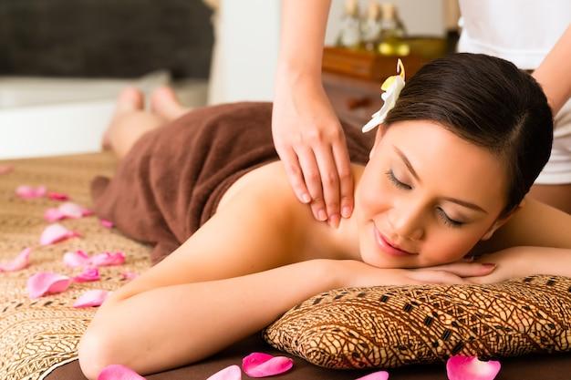 Femme asiatique chinoise dans le spa de beauté bien-être ayant un massage aromathérapie avec de l'huile essentielle, à la détente