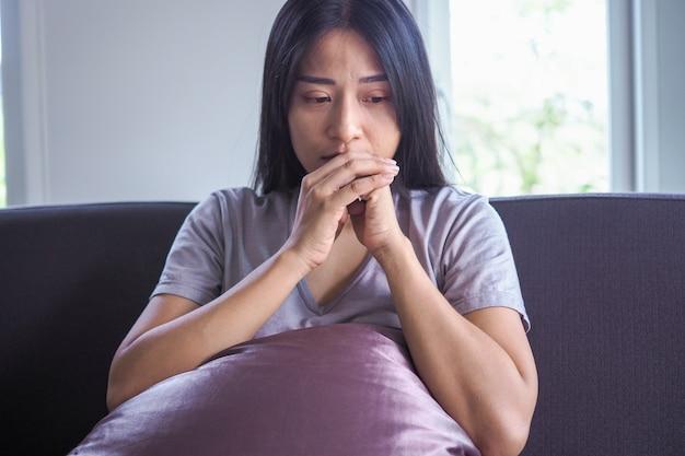 Une femme asiatique a le cœur brisé après avoir été abandonnée par son petit ami et avoir une maladie mentale