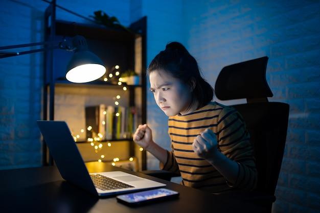 Femme asiatique en colère sérieusement et faire des heures supplémentaires à la maison. . travaillez à domicile pour éviter le concept coronavirus covid 19.