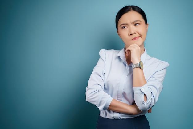 Femme asiatique confuse avec espace de copie. isolé sur.