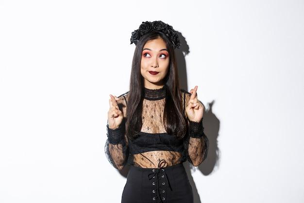 Femme asiatique en costume d'halloween posant