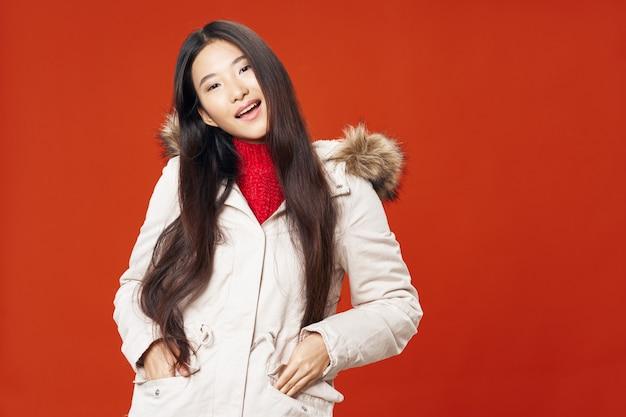 Femme asiatique, sur, couleur vive, poser, modèle