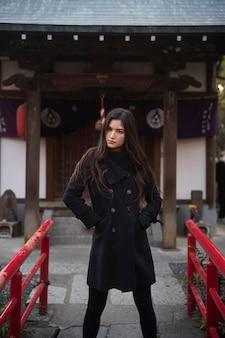 Femme asiatique de coup moyen