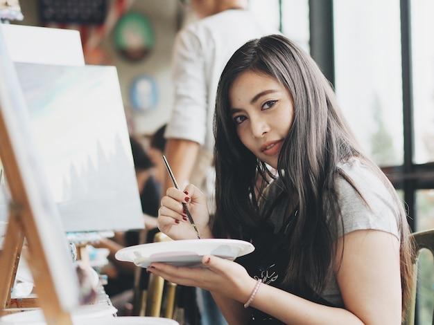 Femme asiatique en cours de peinture