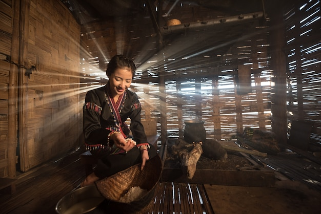 Femme asiatique, cuisine, à, maison, dans, rural, de, thaïlande