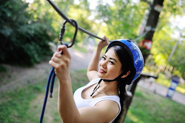 Femme asiatique, dans, a, casque bleu, corde escalade