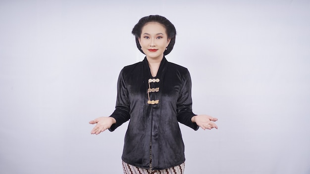 Femme asiatique, dans, kebaya, sourire, gestes, bienvenue, isolé, blanc, fond